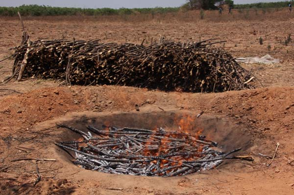The flame curtain kiln is relatively easy to operate, and allows biochar to be produced rapidly and cheaply. Free-of-charge conical hole in the ground, cheap, fast and good biochar but without energy generation.